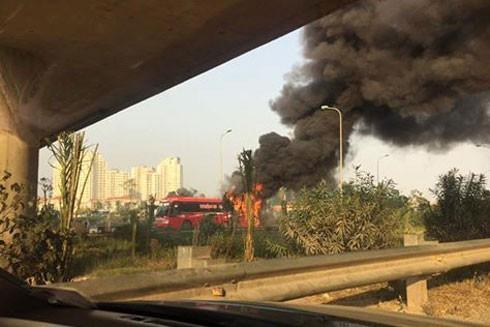 Chiếc xe khách bốc cháy dữ dội từ phần đuôi xe.