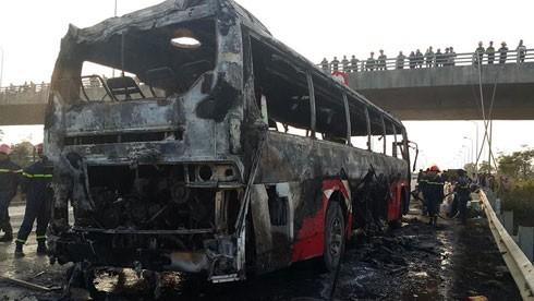 Chiếc xe khách bị cháy chỉ còn trơ lại phần khung xe.