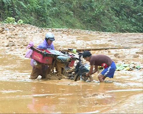 Người dân xã Long Hiệp, huyện Minh Long (Quảng Ngãi) cực khổ khi tham gia giao thông - hậu quả của mưa lũ