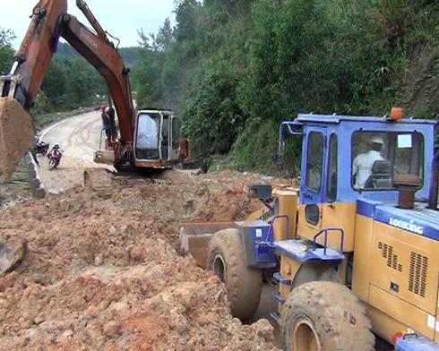 Các đơn vị đang tích cực sửa chữa các tuyến đường bị hư hại do sạt lở núi.