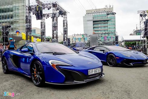 Minh Nhựa khoe hai siêu xe cùng màu