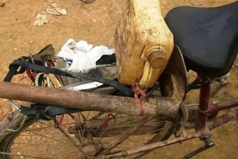Chiếc xe đạp và một số đồ dùng được tìm thấy bên cạnh người phụ nữ đã tử vong.