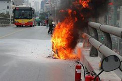 Chiếc xe bốc cháy dữ dội trên cầu vượt Lê Văn Lương.