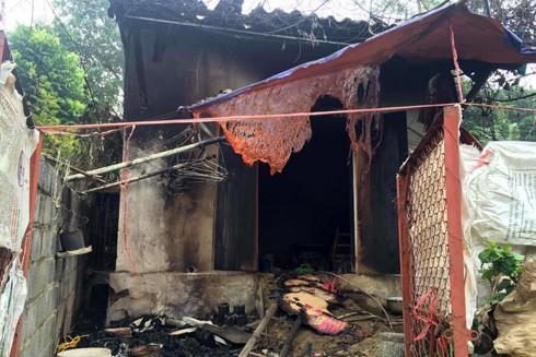Căn nhà bà X bị cháy rụi. Nạn nhân tử vong cạnh nhà vệ sinh do nghi ngạt khí.