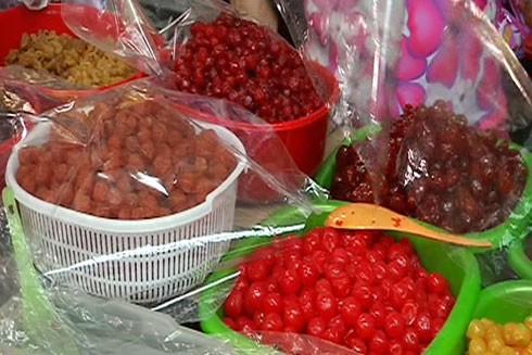 Các loại mứt được bày bán tại Chợ Quảng Ngãi (thành phố Quảng Ngãi) không có bao bì và đóng từng gói nhỏ sẵn.
