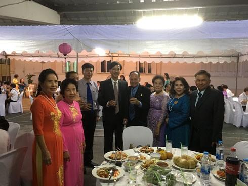 Đại sứ Nguyễn Tất Thành chúc Tết bà con kiều bào.