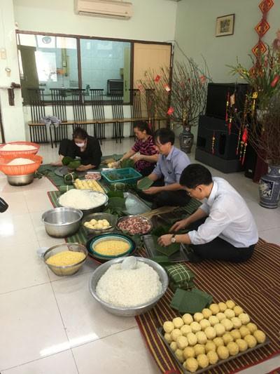 Đại sứ quán tổ chức gói bánh chưng đón xuân Đinh Dậu 2017.