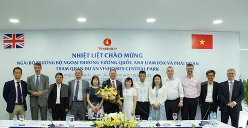 Bộ trưởng Bộ Ngoại thương Anh cùng đoàn tham quan công trình Landmark 81 thuộc Khu đô thị Vinhomes Central Park. (Ảnh: Vietnam+)