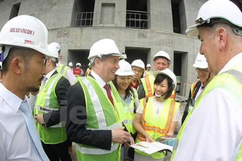 Bà Dương Thị Mai Hoa Tổng giám đốc tập đoàn Vingroup giới thiệu với Bộ trưởng Ngoại thương Anh Liam Fox về công trình Landmark 81 thuộc Khu đô thị Vinhomes Cantral Park. (Ảnh: Vietnam+)