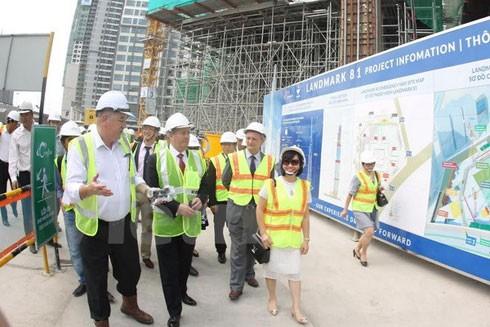 Bộ trưởng Bộ Ngoại Thương Anh tham quan công trình Landmark 81 thuộc Khu đô thị Vinhomes Central Park. (Ảnh: Vietnam+)