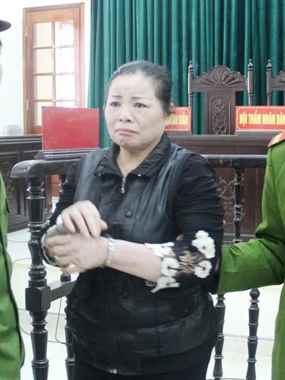 Bị cáo Hoàng Thị Ngoan bật khóc khi phiên tòa kết thúc.