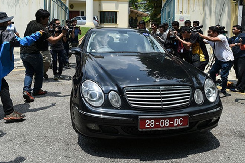 Một chiếc xe chở nhân viên ngoại giao rời đại sứ quán Triều Tiên ở Kuala Lumpur ngày 8-3.