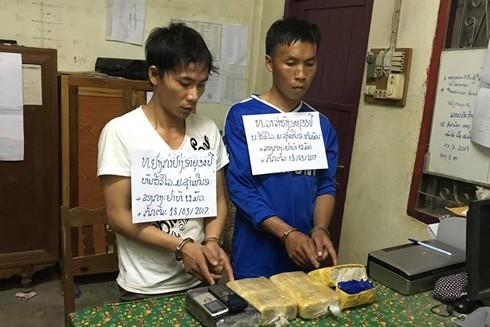 Hai đối tượng người Lào bị bắt giữ cùng tang vật ma túy.