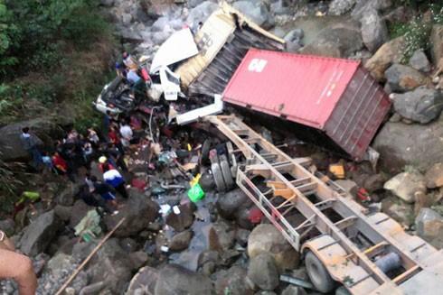 Người dân đang tìm cách cứu các nạn nhân mắc kẹt trong cabin.