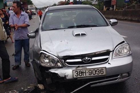 Chiếc ô tô bị hư hỏng phần đầu sau vụ tai nạn.
