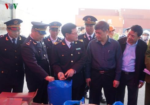Ông Nguyễn Xuân Bình, Phó Chủ tịch UBND TP Hải Phòng cùng lực lượng Hải Quan TP Hải Phòng kiểm tra 2 container chứa lá Khat và Shisha.