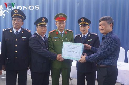 Ông Nguyễn Xuân Bình, Phó Chủ tịch UBND TP Hải Phòng tặng quà và gửi lời khen đến lực lượng Hải quan TP Hải Phòng.