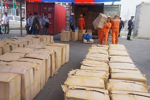 Chiều 21/3, lực lượng chức năng TP Hải Phòng đã mở 2 container để kiểm tra và tiêu hủy tang vật.