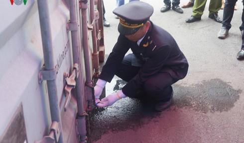 Ngày 20/3, tại bãi lưu hàng hóa của Cảng Tân Vũ, thuộc Công ty Cổ phần Cảng Hải Phòng, Cục Hải quan Hải Phòng đã phát hiện 1 container chứa lá Khat – một loại ma tuý thảo mộc độc hại hơn các loại ma túy thông thường gấp 500 lần và 1 container chứa Shisha. Trong ảnh: Lực lượng chức năng chuẩn bị trước khi mở container.