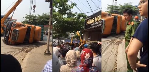 Người dân hiếu kì vây kín khu vực hiện trường vụ tai nạn giao thông nghiêm trọng