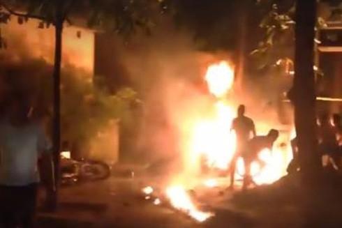 Người thân và hàng xóm bất lực nhìn nam thanh niên tử vong trong ngọn lửa.