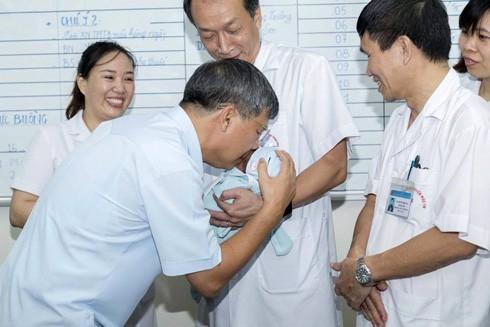Giáo sư Nguyễn Anh Trí, Viện trưởng Viện Huyết học - Truyền máu TW hôn cháu bé