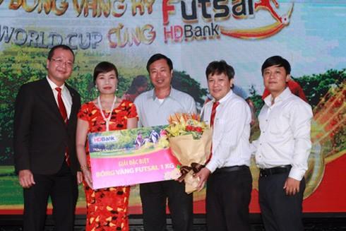 Khách hàng Đinh Thị Hoan (đứng giữa) vui mừng đón nhận giải thưởng.