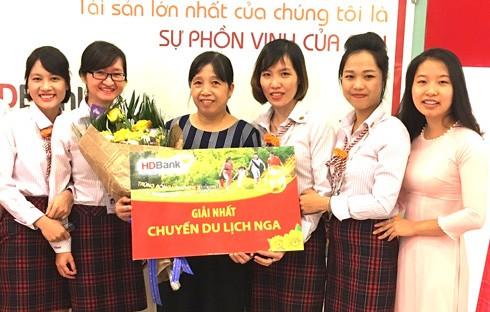 Khách hàng Nguyễn Thị Duyên (thứ ba từ trái sang) tại Tây Hồ, Hà Nội trúng thưởng giải nhất - chuyến du lịch xem WorldCup 2018 tại Nga trị giá 50 triệu đồng.