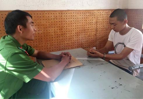 Nam học sinh tạt ớt xay vào mặt chủ cửa hàng điện thoại, cướp 2 điện thoại iPhone.
