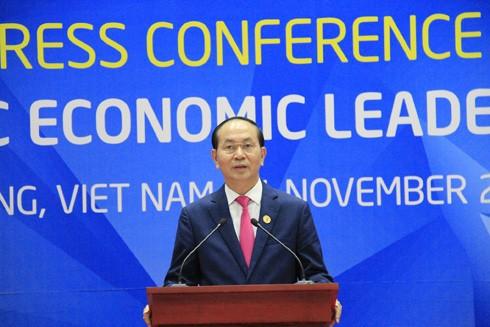 Chủ tịch nước Trần Đại Quang chủ trì họp báo thông báo kết quả Hội nghị cấp cao các nhà Lãnh đạo APEC lần thứ 25. Ảnh: VGP/Thế Phong.