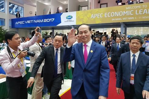 Chủ tịch nước Trần Đại Quang vẫy chào các phóng viên trên đường vào phòng họp báo. Ảnh: VGP/Thế Phong