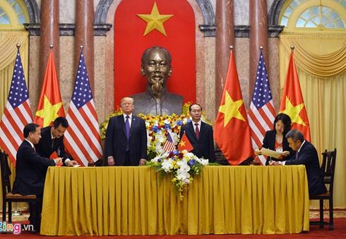Nhiều hợp đồng trị giá lớn đã được ký kết nhân chuyến thăm của Tổng thống Mỹ Donald Trump đến Hà Nội. Ảnh: Hoàng Hà.