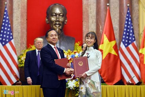 Nữ tỷ phú hàng không ký hợp đồng mua và bảo dưỡng động cơ dưới sự chứng kiến của Chủ tịch nước Trần Đại Quang và Tổng thống Donald Trump. Ảnh: Hoàng Hà.