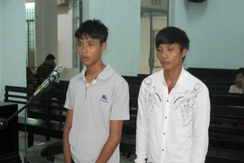 Bị cáo Phong và Thuần tại tòa.