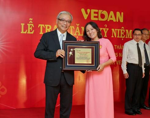 Bà Đoàn Thị Thanh Dung nhận kỷ niệm chương có logo Vedan bằng vàng từ Tổng Giám đốc Vedan