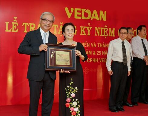 Bà Nguyễn Thị Diễm Trang được Vedan Việt Nam vinh danh
