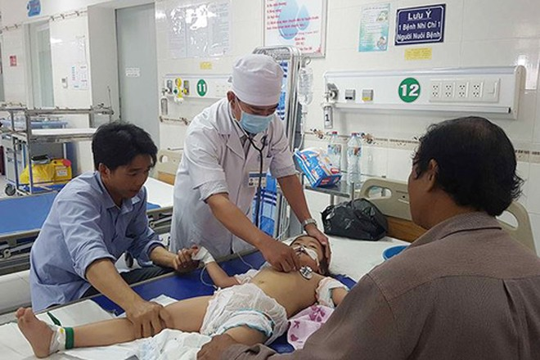 3 cháu bé bị ngộ độc, nghi do uống sữa có thuốc trừ sâu.