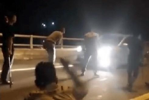 """Nhóm thanh niên cầm dao, kiếm chặn xe """"xin tiền"""" trên cao tốc."""