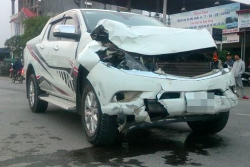 Chiếc xe ô tô gây tai nạn cho 2 nữ sinh.