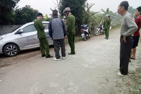 Lực lượng Công an đang lấy lời khai lái xe taxi và người dân xung quanh hiện trường xảy ra vụ cướp tài sản.