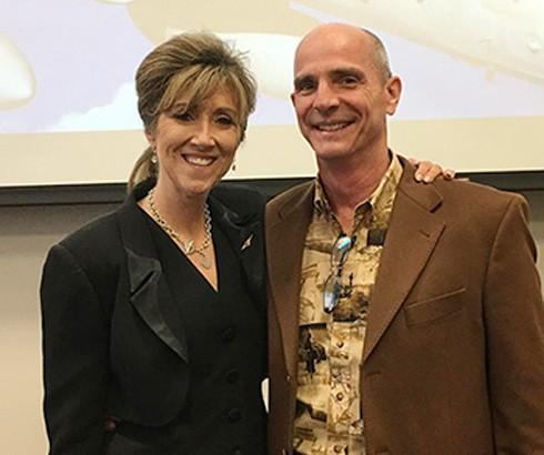 Bà Tammie Jo Shults và chồng, ông Dean, tại đại học MidAmerica Nazarene.