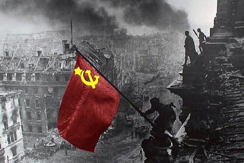Hình ảnh Lá cờ Chiến thắng cắm trên nóc tòa nhà Quốc hội Đức năm 1945