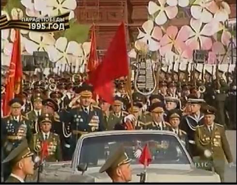 Lá cờ đỏ chiến thắng một mình dẫn đầu hàng quân trong dịp kỷ niệm 50 năm chiến thắng phát xít (9/5/1995