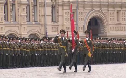 Lá cờ đỏ chiến thắng một mình dẫn đầu hàng quân trong dịp kỷ niệm 60 năm chiến thắng phát xít (9/5/2005)