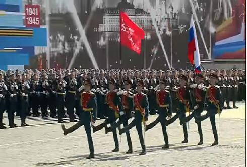 Lá cờ đỏ Chiến thắng đi trước Quốc kỳ Liên bang Nga trong dịp kỷ niệm 70 năm chiến thắng phát xít (9/5/2015)