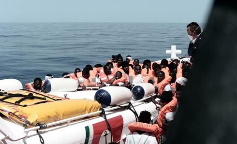 Người di cư trên tàu cứu hộ ở Địa Trung Hải ngày 12/6.