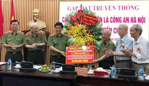 Trung tướng Đoàn Duy Khương tặng quà Ban liên lạc cán bộ CATP.Hà Nội