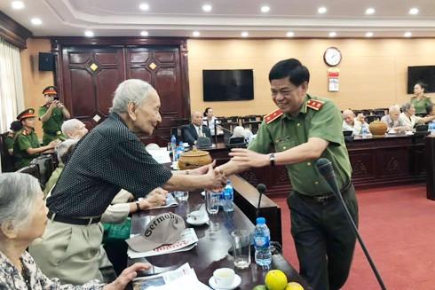 Trung tướng Đoàn Duy Khương, Giám đốc CATP.Hà Nội hỏi thăm tình hình sức khỏe các cán bộ Ban liên lạc