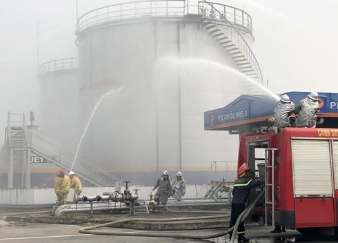 Lực lượng chữa cháy phối hợp dùng vòi rồng ngăn cháy lan