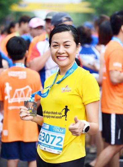 Bà Trần Uyên Phương, Phó TGĐ Tập đoàn Tân Hiệp Phát hào hứng tham gia giải chạy kêu gọi cộng đồng bảo vệ môi trường.